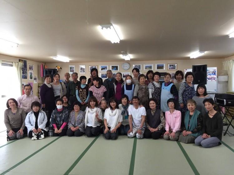 石巻の仮設住宅にて西口久美子さん、そしてザ・リリーズのお二方やあいざき進也さんたちもご一緒